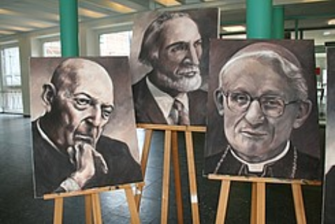 Porträts berühmter Ehemaliger, gemalt von der Kulissenmal-AG